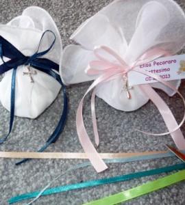 Taufe-Bonboniere zur Geburt oder Taufe liebevol gebunden mit Satin Bänder und kleines Geschenkanhänger. Stellen Sie dieses süßes Gastgeschenk auf die Teller und schon ist Ihre Tisch festlich dekoriert!
