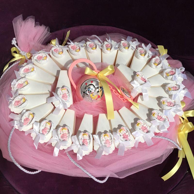 Torte mit Gastgeschenke zur heilige Taufe