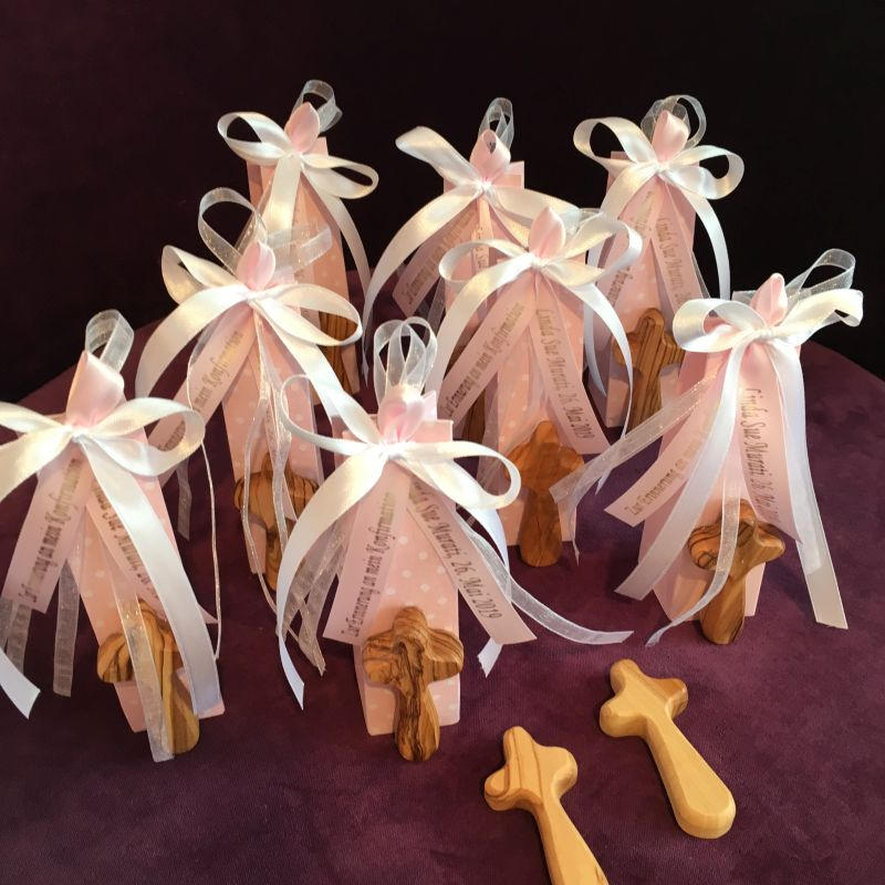 Bonboniere zur Taufe mit Handkreuz als Glücksbringer und Kraftgeber aus Olivenholz